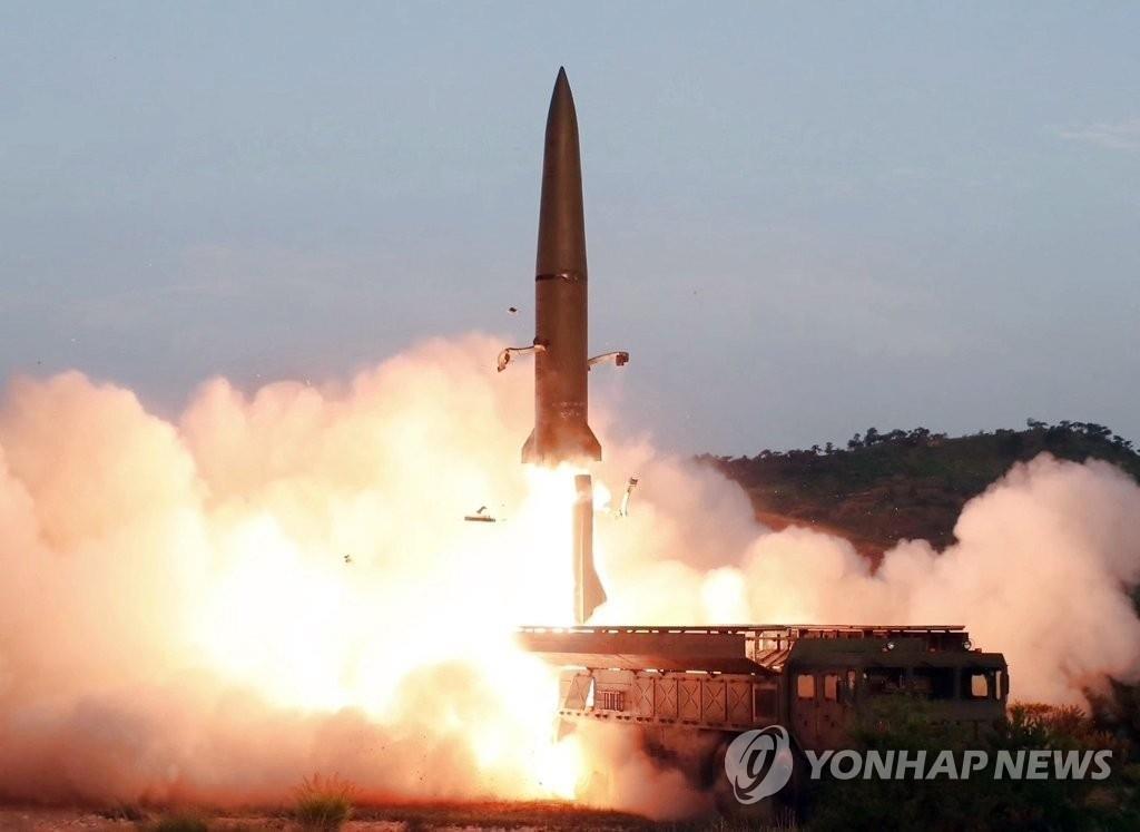 资料图片:这是朝鲜中央电视台7月26日播放的新型战术制导武器发射现场画面。 韩联社/朝鲜中央电视台(图片仅限韩国国内使用,严禁转载复制)