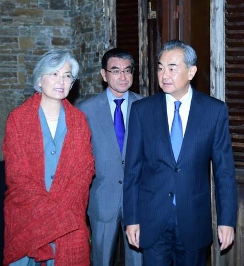 资料图片:8月20日,韩中日外长在北京出席欢迎晚宴。 韩联社/中国外交部官网截图(图片严禁转载复制)