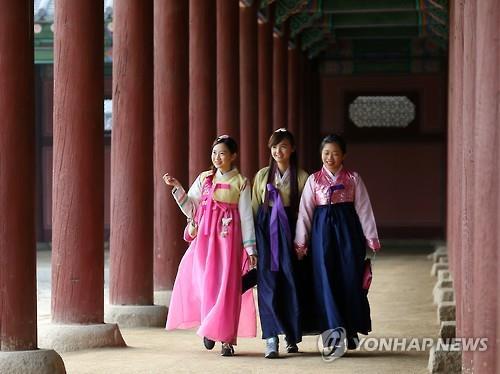 资料图片:身穿韩服的外国游客 韩联社