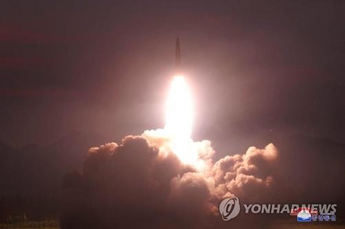 资料图片:据朝中社8月7日报道,朝鲜国务委员会委员长金正恩6日凌晨参观新型战术导弹的示威发射。图为导弹发射升空场面。 韩联社/朝中社(图片仅限韩国国内使用,严禁转载复制)