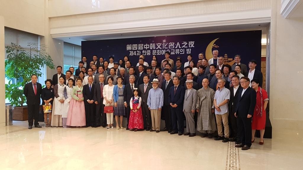 8月28日,在中国驻韩国大使馆,出席第四届中韩文化名人之夜活动的人士合影留念。 韩联社