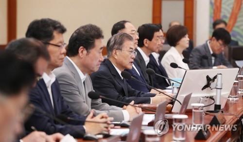 8月29日,在青瓦台,文在寅(左五)主持召开国务会议。 韩联社
