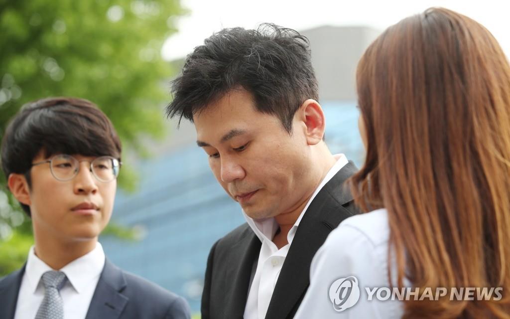 8月29日上午,在首尔地方警察厅,YG娱乐前代表梁铉锡(中)以嫌疑人身份到案。 韩联社