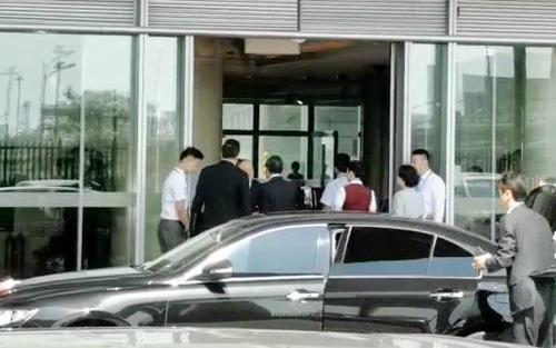 9月2日下午,在北京首都�C�觯�中�����瘴��T兼外交部�L王毅(左三)�⒊淘L朝。 �n�社
