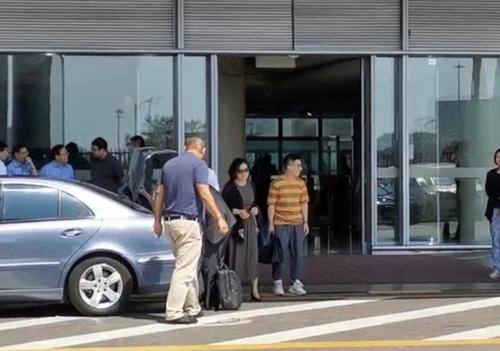 9月2日下午,在北京首都机场,中国外交部发言人华春莹(右二)启程访朝。 韩联社