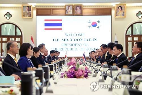 当地时间9月2日上午,在泰国总理府,韩国总统文在寅(左四)和泰国总理巴育举行会谈。 韩联社