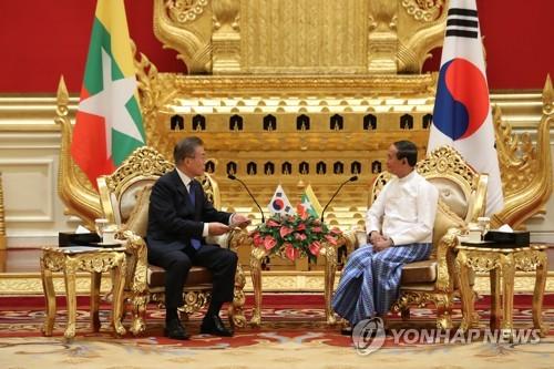 文在寅会见缅甸总统温敏