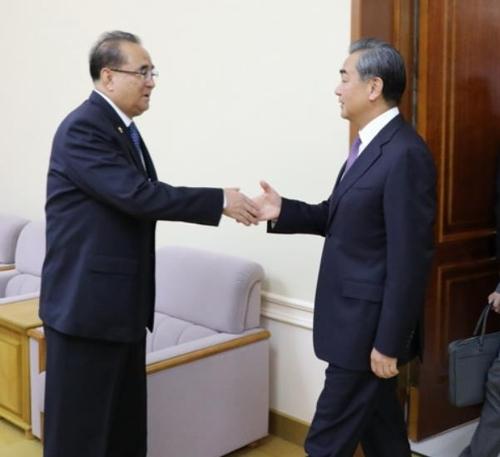 中国外长王毅会见朝鲜劳动党副委员长李洙墉