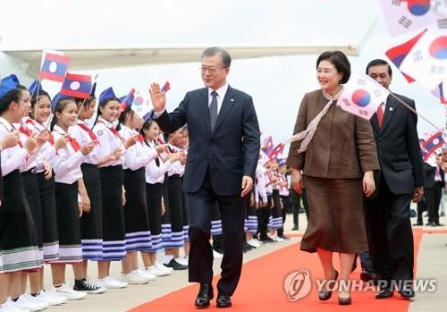 文在寅抵达万象开始对老挝进行国事访问