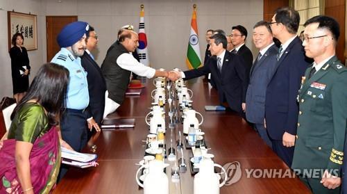 9月5日,在位于首尔龙山的国防部,韩国防长郑景斗(右四)与印度防长拉杰特•辛格会谈前握手。 韩联社