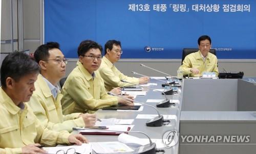 """资料图片:台风""""玲玲""""防御工作会议 韩联社"""