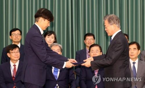 9月9日下午,在青瓦台,文在寅(右)向曹国授予法务部长官任命书。 韩联社