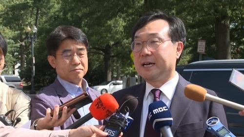 9月20日,在华盛顿的美国国务院前,李度勋会见比根后接受记者采访。 韩联社