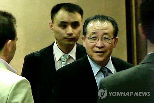 资料图片:当地时间2013年7月3日,朝鲜外务省第一副相金桂官抵达俄罗斯莫斯科。图为金桂官(右二)在谢列梅杰沃国际机场贵宾室与到机场迎接的人员交谈。 韩联社