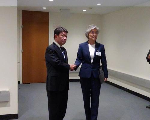 当地时间9月26日,在纽约,康京和(右)和茂木敏充举行会谈。 韩联社