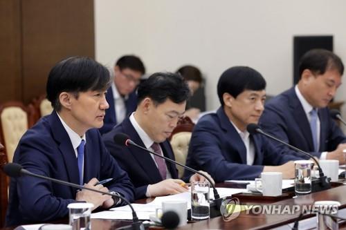 9月30日上午,在青瓦台,韩国法务部长官(左一)向总统文在寅汇报工作。 韩联社/青瓦台供图(图片严禁转载复制)