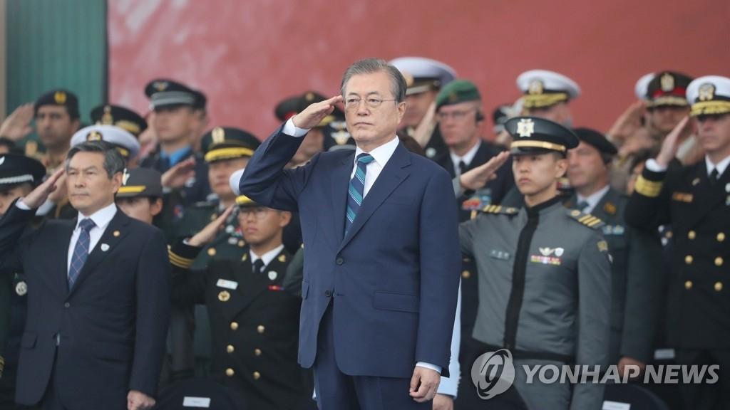 10月1日,在大邱空军基地,总统文在寅出席第71个国军日纪念仪式并举手敬礼。 韩联社