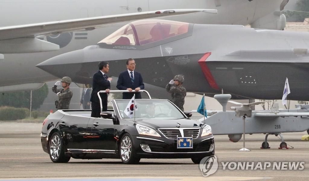 """10月1日,在大邱空军基地,总统文在寅出席第71个国军日纪念仪式并乘车检阅""""F-35A""""战机。 韩联社"""
