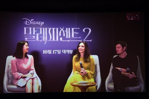 10月4日,在首尔CGV星聚汇影城往十里店,演员安吉丽娜·朱莉(居中)出席电影《梅尔菲森特》现场讨论会。 韩国华特迪士尼供图(图片严禁转载复制)