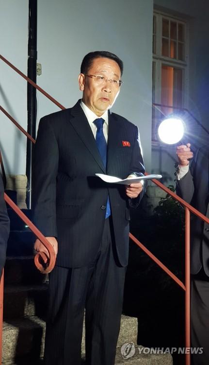 当地时间10月5日,在斯德哥尔摩朝鲜驻瑞典大使馆前,朝鲜外务省巡回大使金明吉发表声明宣布当天进行的朝美无核化工作层磋商破裂。 韩联社/联合采访团