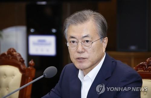10月7日下午,在青瓦台,文在寅主持召开幕僚会议。 韩联社