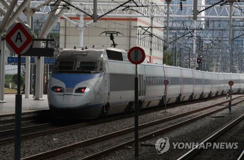 资料图片:列车驶入首尔站。 韩联社