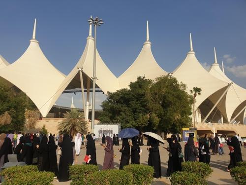 当地时间10月10日,在沙特阿拉伯法赫德国王国际体育场,购买防弹少年团周边产品的粉丝排起长龙。 韩联社