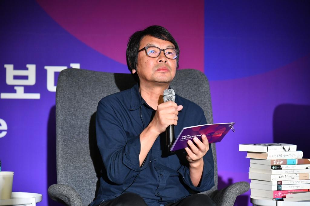 10月12日下午,在首尔东大门设计广场(DDP),作家刘震云出席首尔国际作家节与读者面对面活动。 韩联社/韩国文学翻译院供图(图片严禁转载复制)