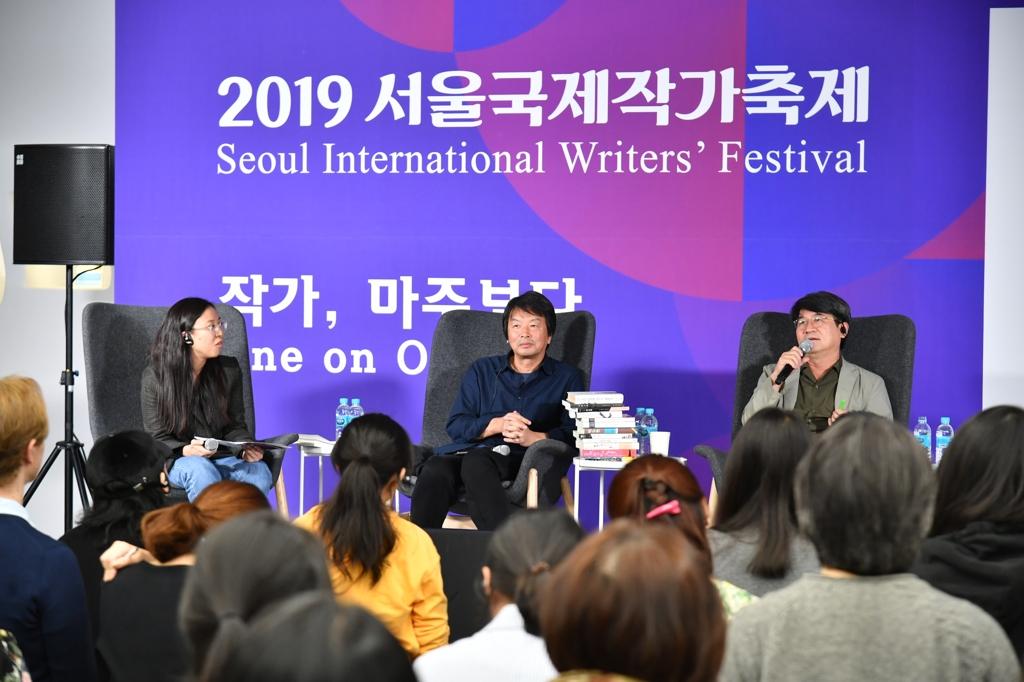 10月12日下午,首尔国际作家节与读者面对面活动在首尔东大门设计广场(DDP)举行,中国作家刘震云(左二)出席活动。 韩联社/韩国文学翻译院供图(图片严禁转载复制)
