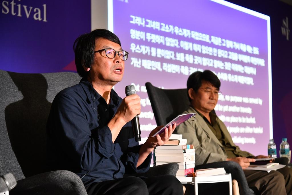 10月12日下午,在首尔东大门设计广场(DDP),作家刘震云(左)与韩国作家成硕济出席首尔国际作家节与读者面对面活动。 韩联社/韩国文学翻译院供图(图片严禁转载复制)