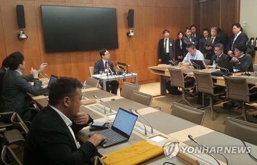 韩国代表团在记者会上介绍韩日磋商结果。 韩联社