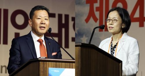 世界韩人贸易协会会长河龙化(左)和韩联社常务金镇亨 韩联社