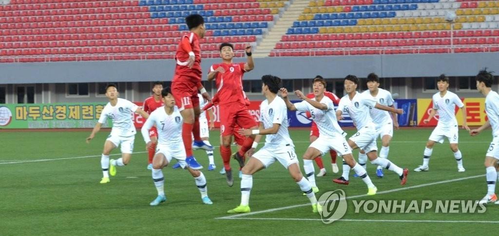 这是世预赛韩朝对决现场照,白色球衣是韩国队。 韩联社/大韩足球协会供图(图片严禁转载复制)