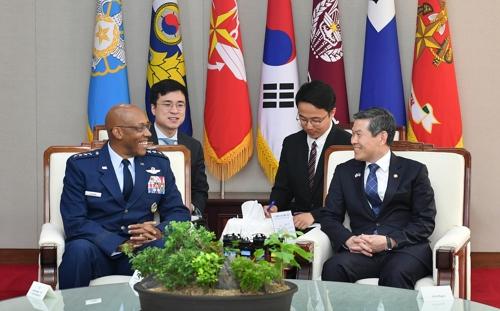 韩国国防部长官郑景斗(右)会见美国太平洋空军司令查尔斯·布朗。 韩联社/国防部供图(图片严禁转载复制)