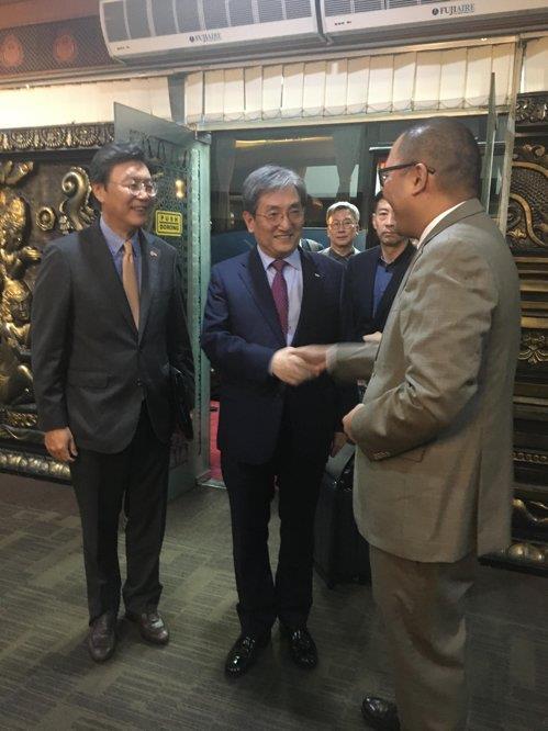 资料图片:当地时间10月20日,韩国青瓦台秘书室长卢英敏(居中)飞抵印尼首都雅加达,与前来迎接的人员握手。 韩联社