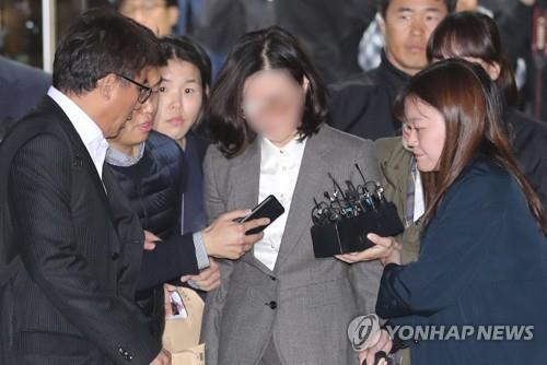 资料图片:10月23日,在首尔中央地方法院,郑敬心接受逮捕必要性审查后准备乘车离开。 韩联社