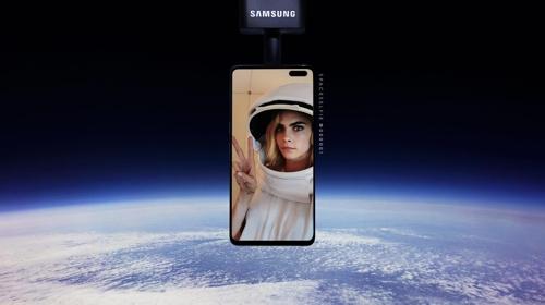 英国演员卡拉·迪瓦伊的太空自拍照 韩联社/三星电子供图(图片严禁转载复制)