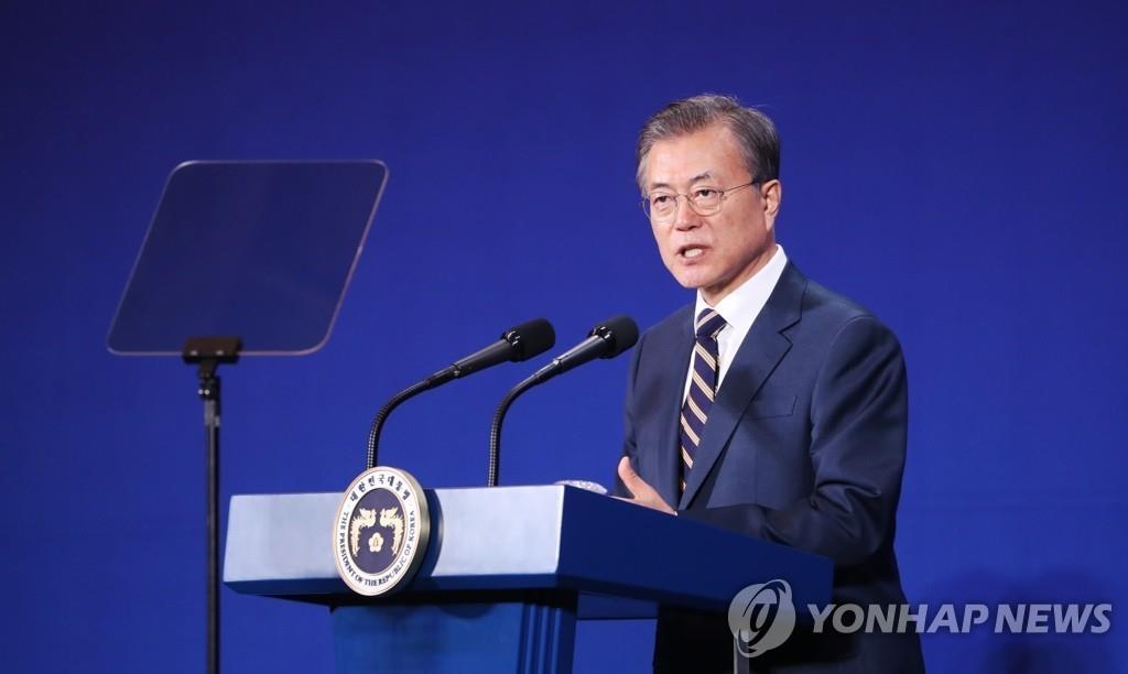 10月24日,文在寅出席在全罗北道群山市Myoung Shin公司的冲压厂举行的群山式就业共赢签约仪式并发表讲话。 韩联社