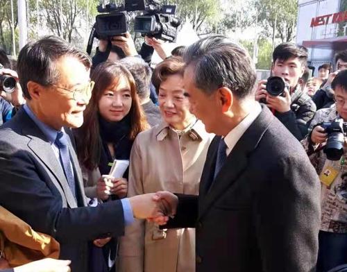 韩驻华大使出席国际义卖活动会见中国外长