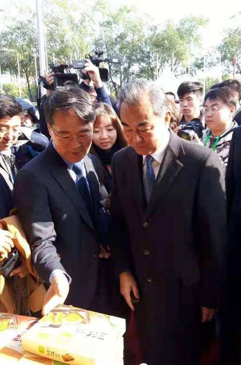 张夏成(左)和王毅 韩联社/韩国驻华大使馆供图