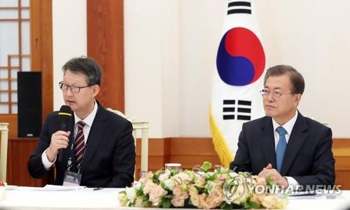 文在寅(右)接见赵成富等亚通组织成员社代表。 韩联社