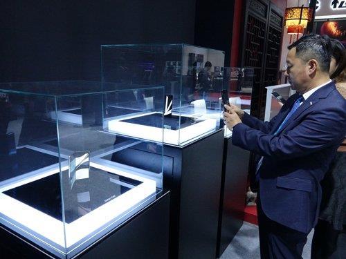 11月5日,三星折叠屏手机亮相进博会。 韩联社