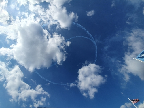 11月11日上午,在釜山联合国纪念公墓,黑鹰特技飞行表演队在空中勾勒出韩国国旗。 韩联社