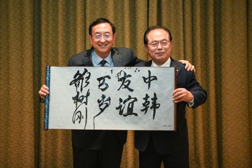 釜山市长吴巨敦(右)与中国文化和旅游部部长雒树刚 釜山市政府供图(图片严禁转载复制)