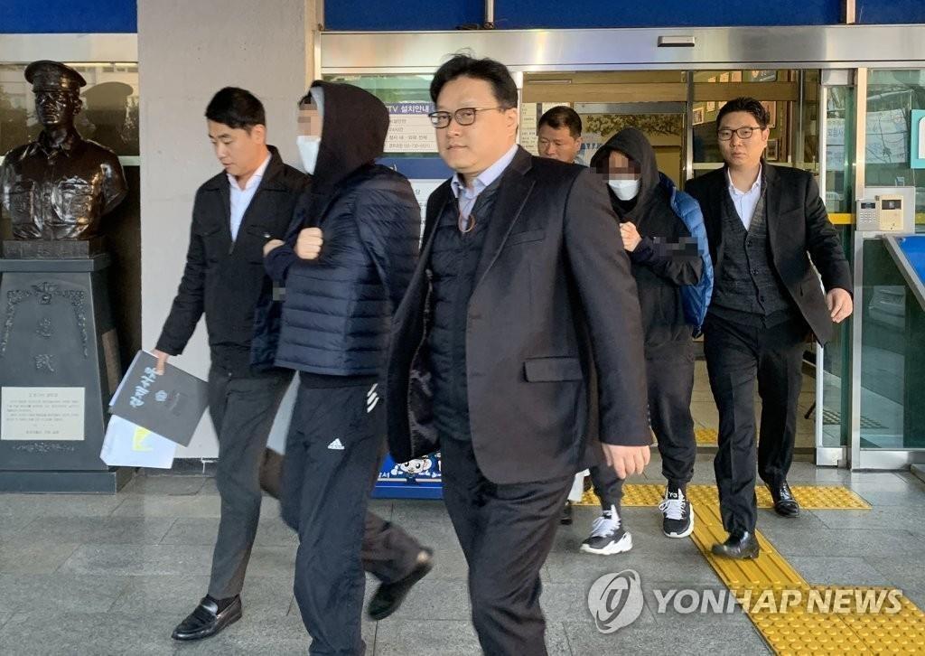 11月14日,在首尔钟路警察署,安俊英和金容范(均打马赛克)被移送检方。 韩联社