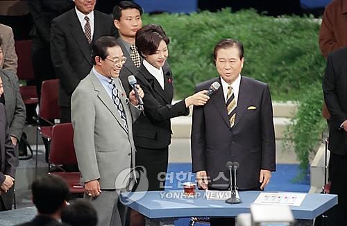 资料图片:1998年1月18日,在汝矣岛KBS电视台,金大中(右)在与民对话直播前与主持人谈笑风生。 韩联社