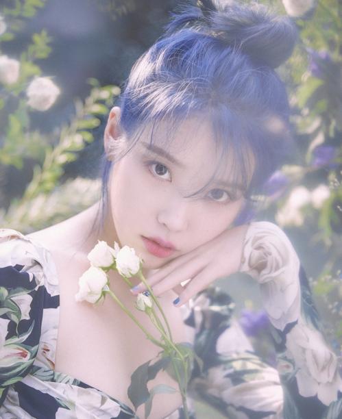 IU迷你5辑《Love poem》 Kakao M供图(图片严禁转载复制)