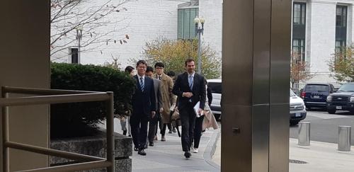 当地时间11月18日,在华盛顿,韩国统一部长官金炼铁(左)走向美国国务院大楼。 韩联社