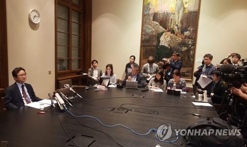当地时间11月19日,在瑞士日内瓦,丁海官(左一)在记者会上介绍韩日第二轮磋商结果。 韩联社