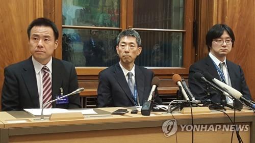 当地时间11月19日,在瑞士日内瓦,黑田淳一郎(居中)在记者会上介绍韩日第二轮磋磋商结果。 韩联社
